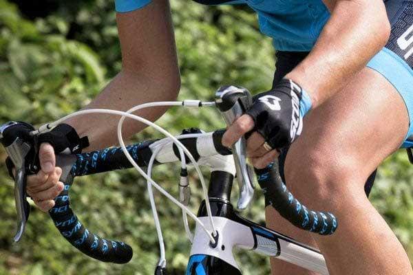 Đạp xe bị tê tay