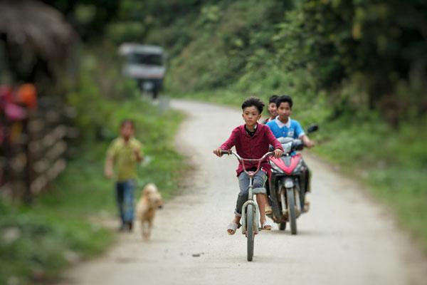 cậu bé đạp xe thăm em